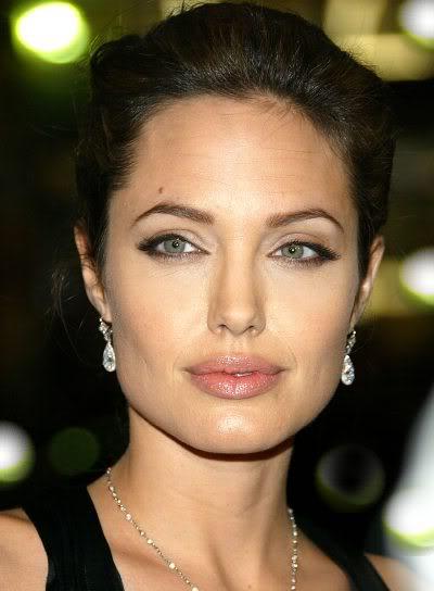 Qui si nota che l'eyeliner è molto sottile e parte verso metà dell'occhio