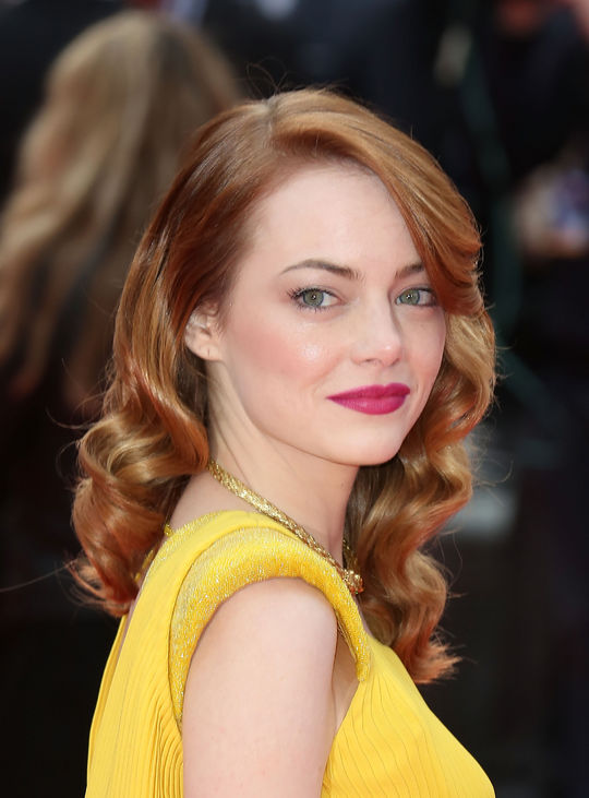emma-stone-pink-lipstick-yellow-dress-w540