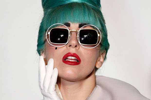Poteva forse mancare anche un neo tra le mille trasformazioni di Lady Gaga?