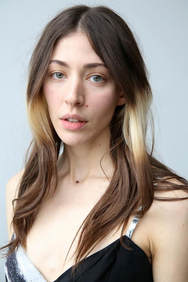 Splashlights-hair-trend-Caroline-Polachek