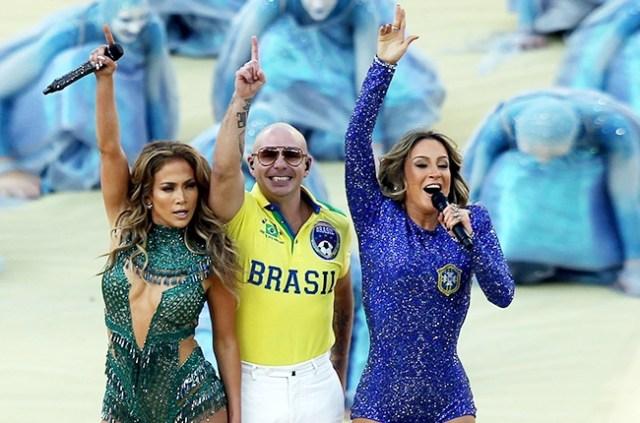 sì è scatenata sul palco insieme a Pitbull e  Cláudia Leitte