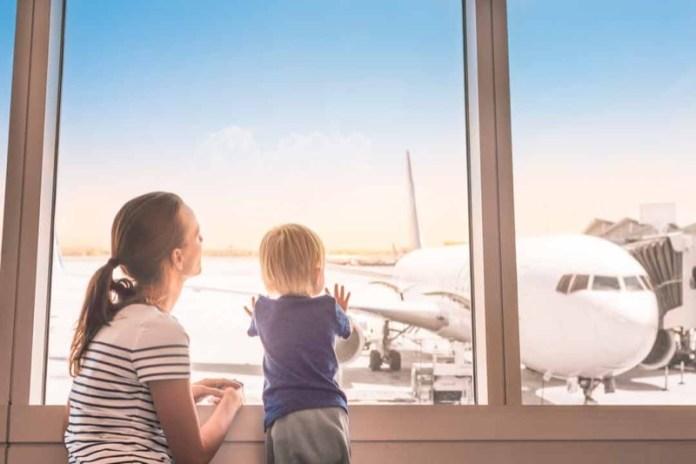 cliomakeup-affrontare-viaggio-aereo-neonato-2-mamma-bimbo-aereoporto