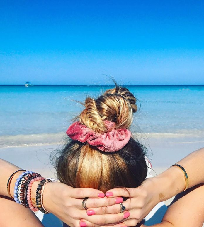 Cliomakeup-capelli-perfetti-in-spiaggia-4-chignon-alto