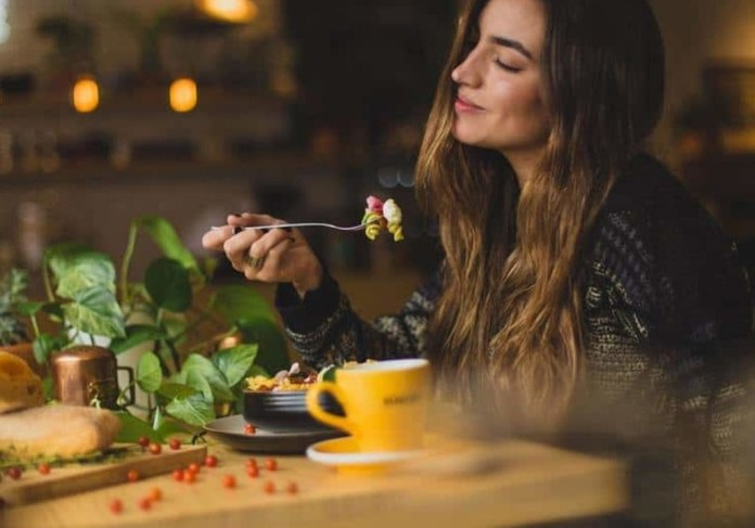 cliomakeup-piatto-unico-1-donna-mangia