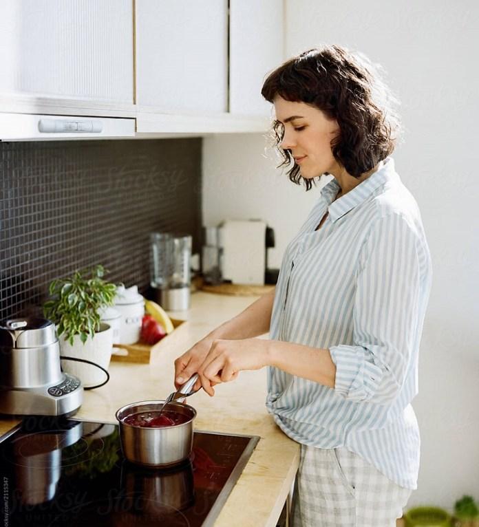 cliomakeup-buoni-propositi-alimentari-teamclio-10-woman-cooking