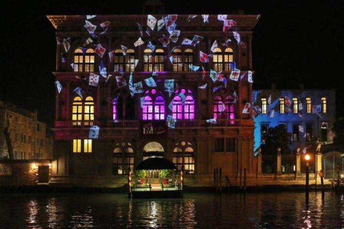 viaggio a venezia: il casinò illuminato da videoproiezioni in occasione del Carnevale 2018