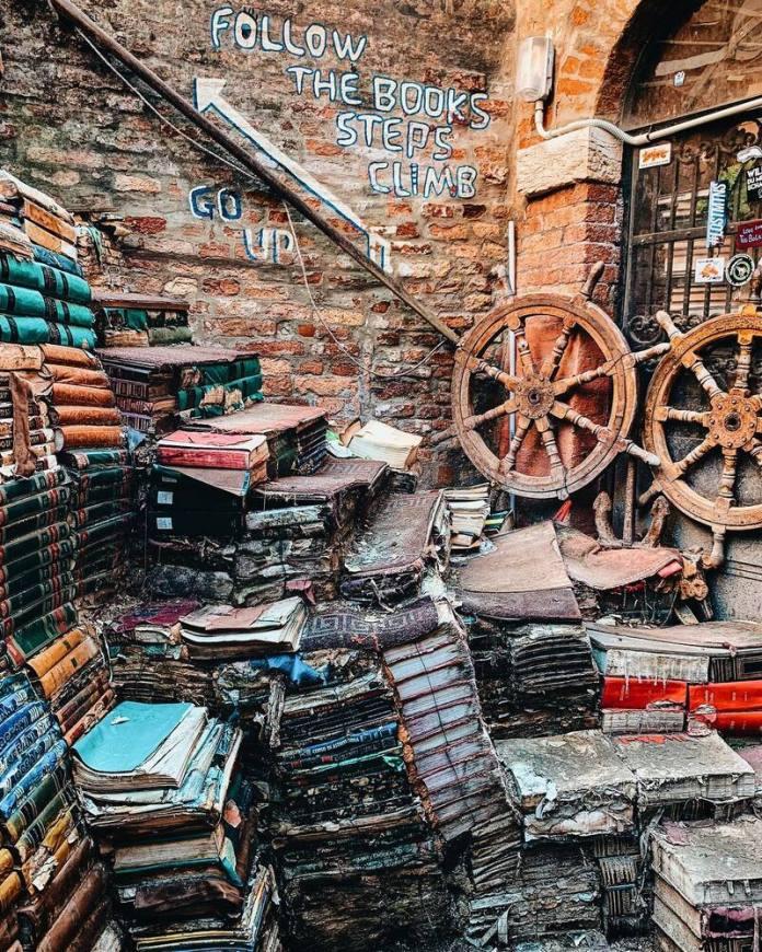Viaggio a Venezia: alla Libreria Acqua Alta alcuni libri destinati al macero sono diventati una scala che conduce a una vista mozzafiato