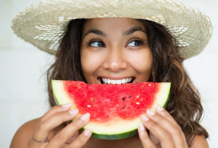 cliomakeup-la-frutta-fa-ingrassare-1-woman-eating-fruit