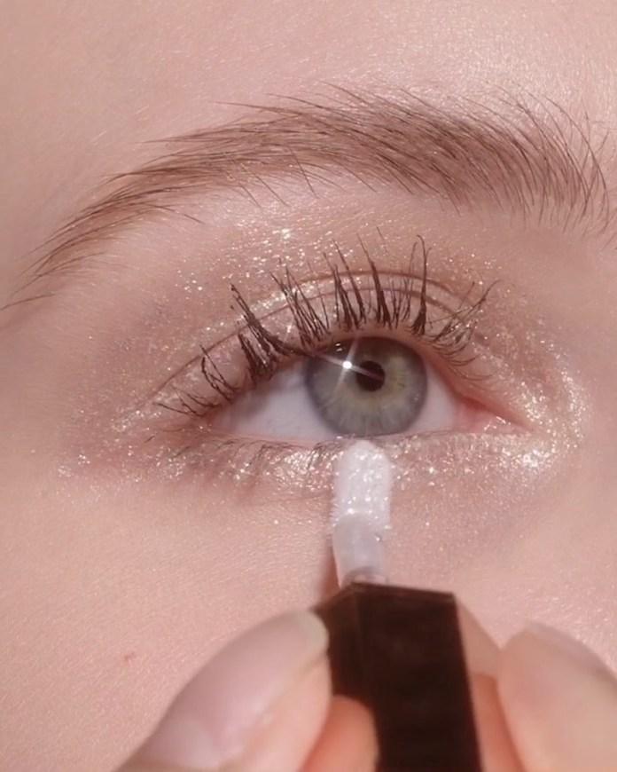 cliomakeup-ombretti-liquidi-come-utilizzarli-ed-applicarli-5-effetto-bagnato