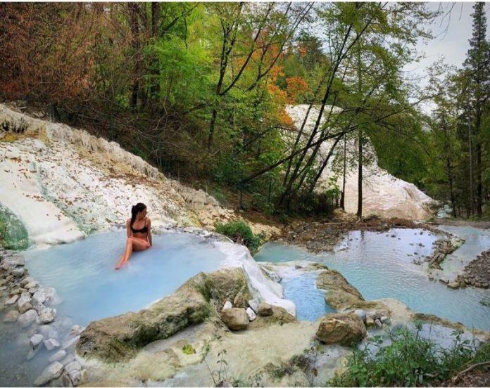 I bagni di san filippo sono terme libere in Toscana, adatte a trascorrere in relax e in coppia il ponte dei morti 2019