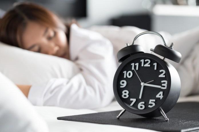 dormire poco è tra le abitudini che invecchiano. Per prevenire le rughe, bisogna dormire 7/8 ore a notte