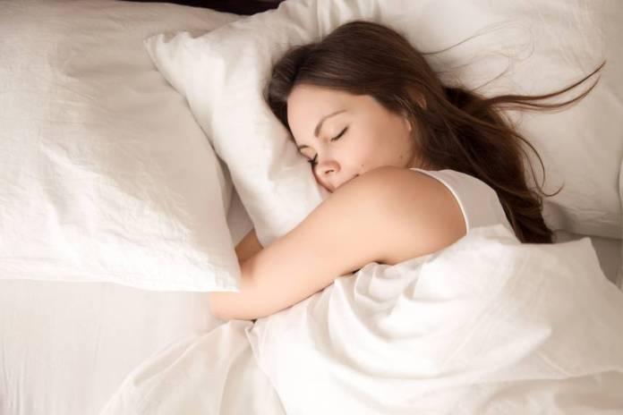 Dormire con la faccia sprofondata nel cuscino è tra le abitudini che invecchiano precocemente la pelle