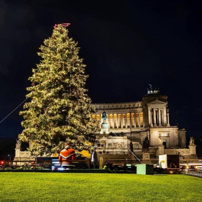 Luminarie natalizie 2019: Spelacchio, l'albero di Natale addobbato da Netflix in Piazza Venezia a Roma