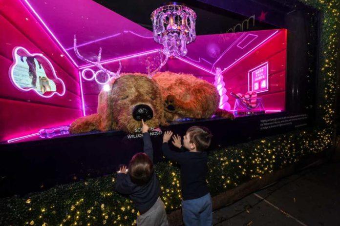 luminarie natalizie: le vetrine di Macy's a New York ispirano tutti a essere più come Babbo Natale