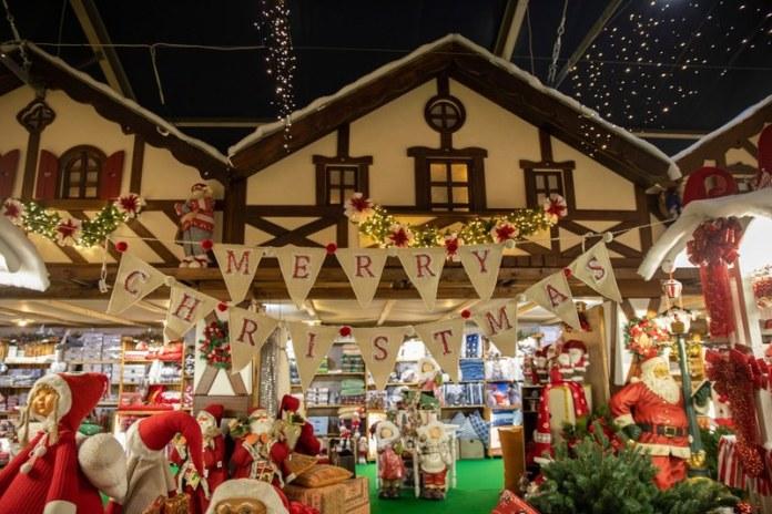 Il villaggio di babbo natale è il più grande dei mercatini di Natale coperti