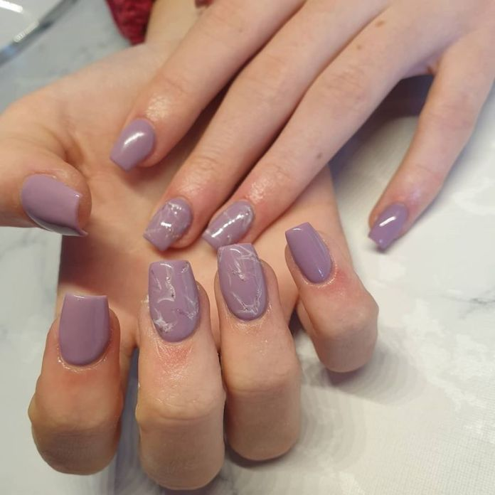 cliomakeup-unghie-autunno-2020-marble-nails-teamclio-13
