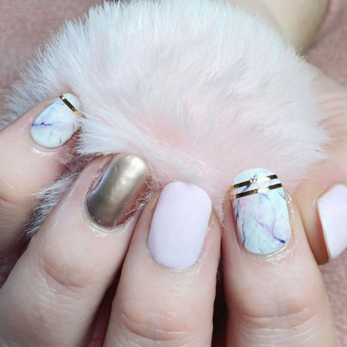 cliomakeup-unghie-autunno-2020-marble-nails-teamclio-15