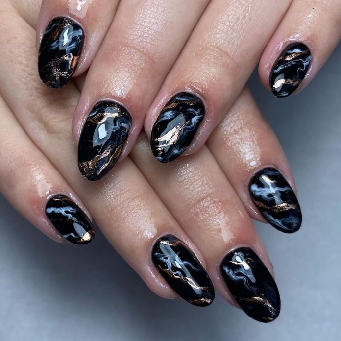 cliomakeup-unghie-autunno-2020-marble-nails-teamclio-4