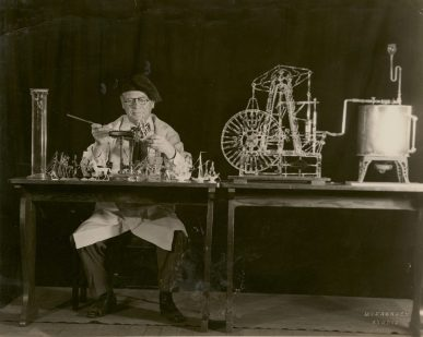 Photograph of itinerant glassworker with his wares.
