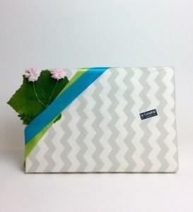 papier cadeau zig zag avec décor de fleurs et de feuilles