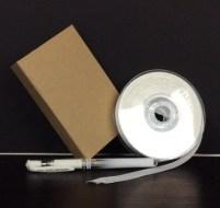 boîte cadeau, ruban et stylo : le matériel tout simple pour réaliser un paquet cadeau unique