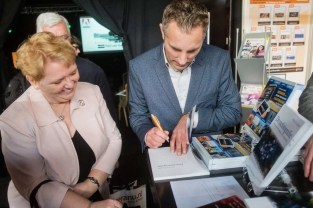 Wiebe de Jager signeert zijn boek over dronefotografie.