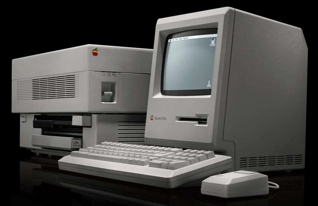 De Macintosh Plus met de Apple LaserWiter.