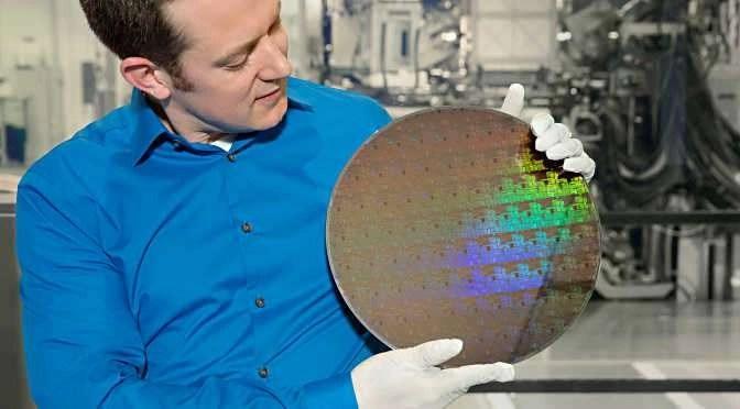 Een IBM wafer met 5nm chips (bron afbeelding: http://www-03.ibm.com/press/us/en/photo/52540.wss)