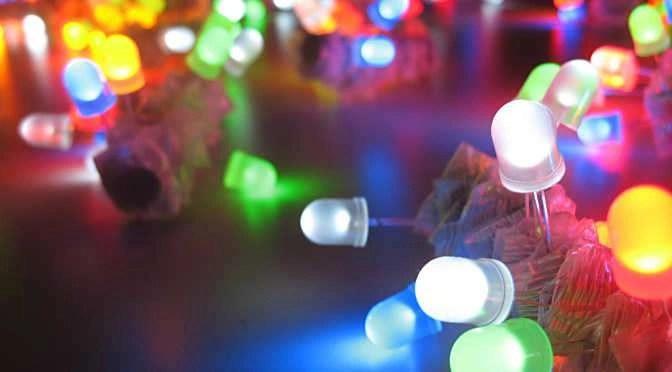 De LED is tegenwoordig leverbaar in iedere denkbare kleur (bron afbeelding: https://pl.wikipedia.org/wiki/Plik:LED_throwies_chaos.jpg)