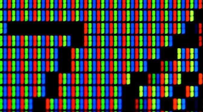 De resolutie van een scherm wordt bepaald door het aantal pixels op een scherm (bron afbeelding: https://commons.wikimedia.org/wiki/File:LCD_TFT_Screen_Closeup.jpg)