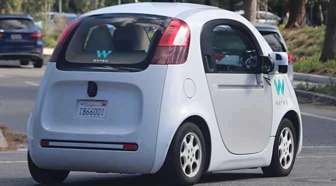 Een zelfrijdende auto (bron afbeelding: https://commons.wikimedia.org/wiki/File:Waymo_self-driving_car_rear_three-quarter_view.gk.jpg)