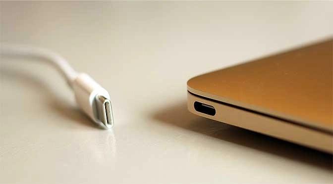 En zo ziet USB-C - al dan niet voorzien van Thunderbolt - er uit (bron afbeelding: https://commons.wikimedia.org/wiki/File:USB_Type-C_macbook.png)