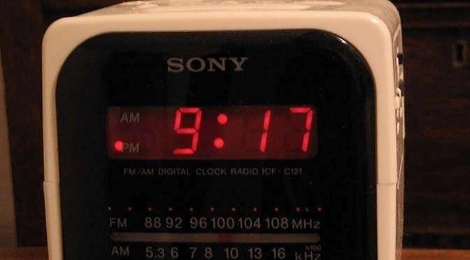 Veel klokken gebruiken de 560 Hz netfrequentie als tijdbasis (bron afbeelding: https://commons.wikimedia.org/wiki/File:12-hour_digital_clock_radio.JPG)