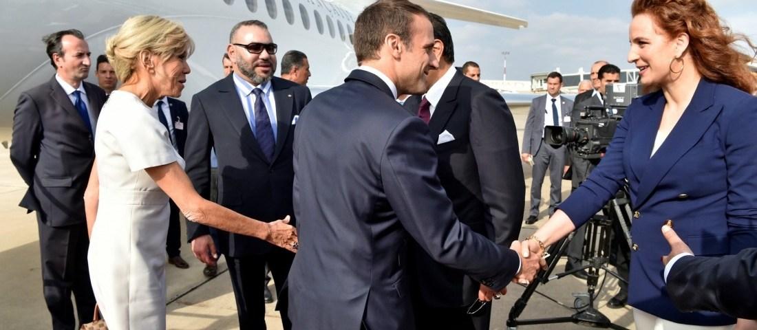 Le couple présidentiel français reçu par la famille royale sur le tarmac de l'aéroport de Rabat-Salé le 14 juin. REUTERS / POOL