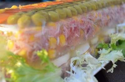 Carne in gelatina con verdure