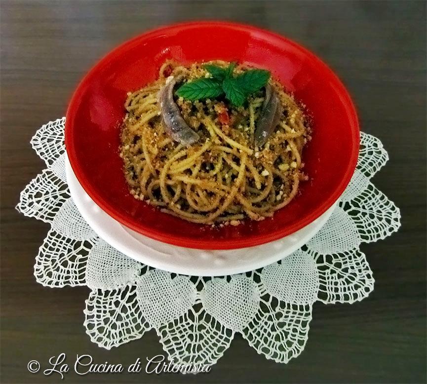 Spaghetti integrali con mollica, acciughe e pomodorini