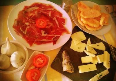 Pan con tomate, jamón ibérico y quesos surtidos