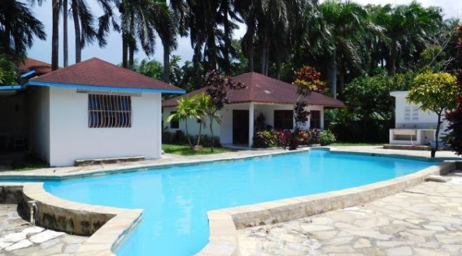 2 bedroom bungalow at walking distance to the beach !