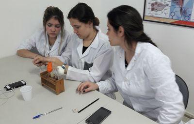 Celular é aliado do professor em aulas no laboratório