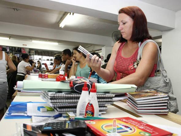 Mulher comprando material escolar: sociólogo acredita que cadernos e livros darão lugar para tablets e computadores (Foto: Divulgação/MundoMarketing)