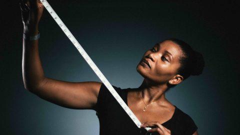 Femme mesurant avec un metre