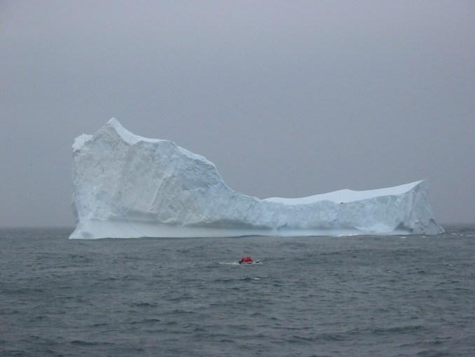 Un zodiac à l'assaut de la glace