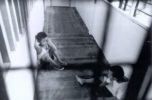 Deux enfants en prison