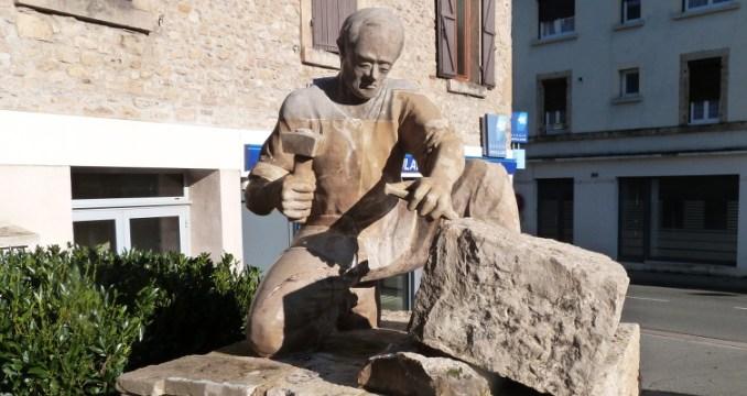 Sculpture du tailleur de pierre à Montbazens (CC-BY-SA)