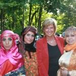 Vor Kurzem war ich auf dem alljährlichen Kulturfestival der DITIB e.V. in Nürnberg. Zum 14. Mal wurde der mehrere tausend Quadratmeter große Parkplatz der Eyüp-Sultan-Moschee in Nürnberg-Steinbühl zu einem bunten Festivalgelände umfunktioniert, auf dem die Gäste ein vielfältiges Angebot der Kunst und Kultur und der hervorragenden Küche Anatoliens geboten bekamen.