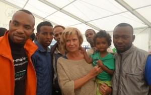 20140904-Dagmar-Woehrl-mit-Fluechtlingen-im-Fluechtlingszelt-Deutschherrnstrasse