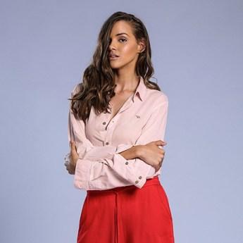 Look vermelho e rosa: as cores que vão dominar o verão