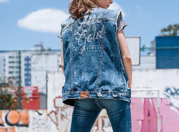 Visual descolado com colete jeans