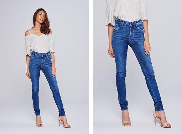Calça jeans skinny com salto