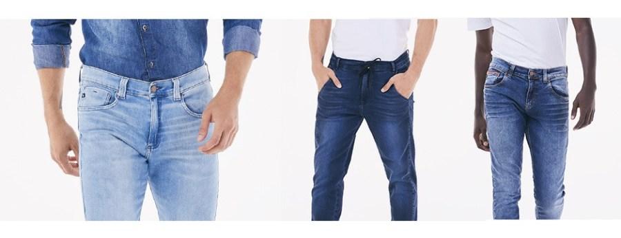 Calças jeans masculinas com camisa jeans e t-shirts brancas.
